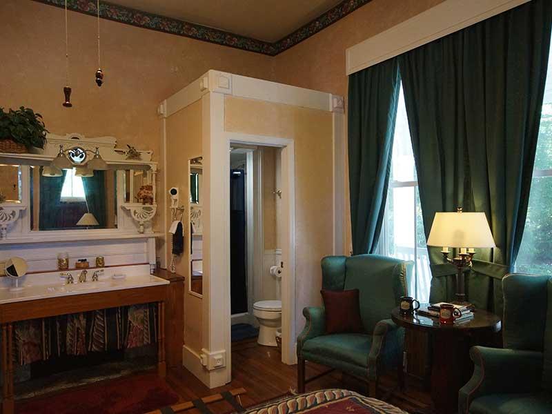 Library Suite Bath | Americus Garden Inn near GSW