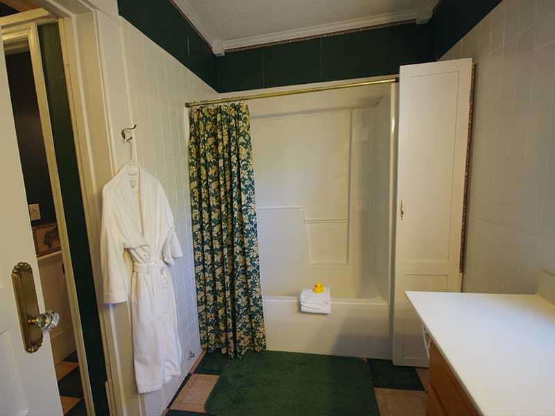 Magnolia Bath | Americus Garden Inn Bed & Breakfast, Georgia