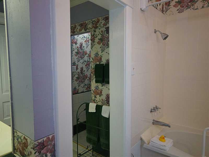 Veranda Suite Bath | Americus Garden Inn near GSW